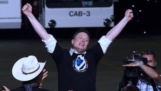 Segundo o patrão da SpaceX, o magnata Elon Musk, são necessários entre 400 e 800 satélites para se conseguir um mínimo de cobertura da projetada rede de internet