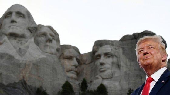 """Numa entrevista, a governadora da Dakota do Sul descreveu uma conversa com Donald Trump, em que o presidente disse que o seu """"sonho"""" era ter o seu rosto no Monte Rushmore"""