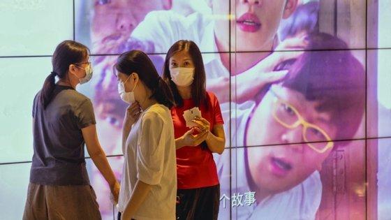 A China suspendeu a entrada no país de cidadãos estrangeiros, incluindo portadores de visto ou de autorização de residência, no final de março passado