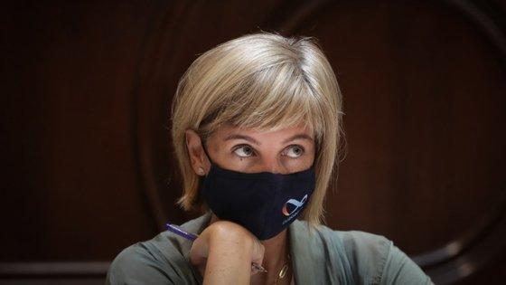 """A ministra da Saúde falou em """"cautela"""" no que toca a """"produtos totalmente novos"""". Nesta fotografia, Marta Temido usa uma máscara produzida para assinalar a presidência alemã do Conselho Europeu"""