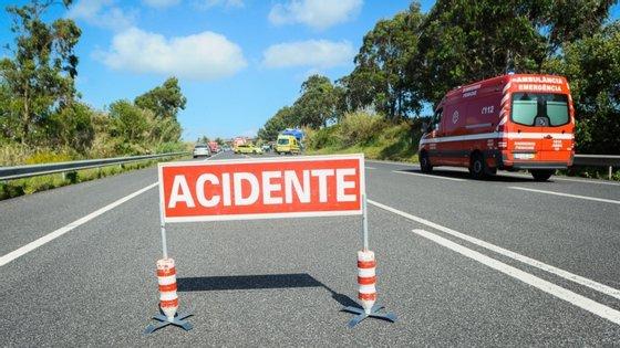 O alerta para o acidente foi dado às 12h55 e no local estiveram 15 operacionais apoiados por cinco viaturas