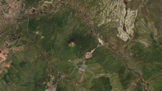 A cratera tem rachado cada vez mais à medida que o gelo derrete na Sibéria.