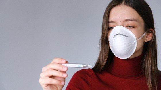 Acredita-se que o vírus da gripe se propague por vários meios diferentes, como gotículas exaladas do trato respiratório, ou através de objetos secundários onde se possa alojar como maçanetas ou lenços usados.