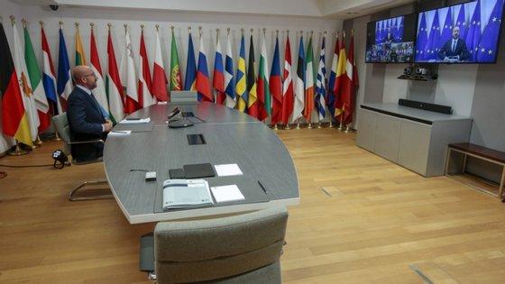 """Questionado sobre a sua conversa telefónica na terça-feira com o Presidente russo, Vladimir Putin, o presidente do Conselho Europeu indicou que lhe transmitiu """"a convicção europeia de que é importante um diálogo nacional inclusivo"""" imune a """"interferências externas negativas""""."""