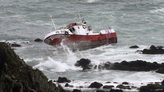 Os seus três tripulantes dispunham de barco auxiliar