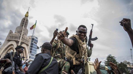Os chefes de Estado do bloco regional, composto por 15 países (incluindo o Mali), apoiaram esta medida numa cimeira virtual extraordinária realizada na capital da Nigéria