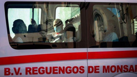 Doentes do lar de Reguengos de Monsaraz a serem transportados para o hospital