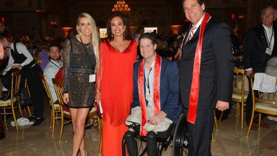 Brian Kolfage, na cadeira de rodas, perdeu as duas pernas e um braço na guerra do Iraque