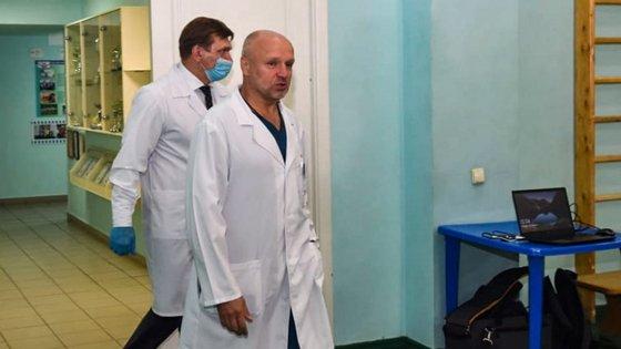 A equipa de Alexei Navalny suspeita que este foi envenenado