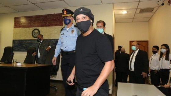 Ronaldinho e o seu irmão encontravam-se em prisão domiciliária num hotel de Assunção desde 7 de abril, quando abandonaram a cadeia onde estavam.