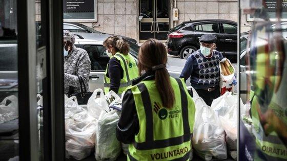 Em Portugal, a distribuição de comida aos mais carenciados pelas instituições de solidariedade foi prática comum durante a pandemia .