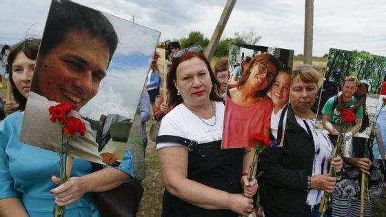 Todos os 298 passageiros e tripulantes a bordo do Boeing 777 que voava de Amesterdão para Kuala Lumpur morreram quando o avião foi atingido e destruído a 17 de julho de 2014 por um míssil Buk disparado de território controlado por separatistas pró-russos no leste ucraniano, cenário de um conflito armado.