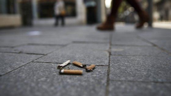 """Ao abrigo da lei, as pontas de cigarros, charutos ou outros cigarros contendo produtos de tabaco passam a ser equiparadas a resíduos sólidos urbanos e, por isso, fica proibido o seu """"descarte em espaço público"""""""