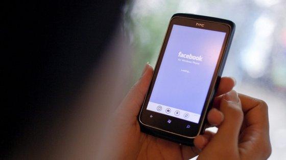 """Esta semana, o Facebook eliminou uma rede de 13 contas e duas páginas que """"tentavam enganar os norte-americanos e amplificar a divisão"""""""