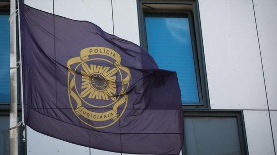 Dos quatro suspeitos, dois homens e duas mulheres, a PJ conseguiu deter um homem, de 26 anos, e duas mulheres, de 27 e 19 anos