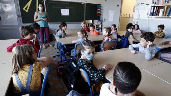 """O protocolo sanitário, em França, estabelece que mais de três casos de contaminação levam ao encerramento do estabelecimento de ensino, mas as autoridades sublinham que """"cada caso é um caso particular"""""""