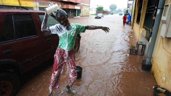 Na segunda-feira, a Proteção Civil de Cabo Verde, vizinho marítimo da Guiné-Bissau, alertou para o mau tempo causado pela depressão tropical Dezoito