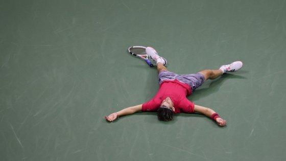 Mais de quatro horas depois, Thiem venceu o tie break do quinto set, conquistou o primeiro Grand Slam da carreira e deixou-se cair no court exausto em termos físicos
