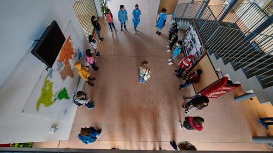 A diretora explica ainda que as 48 turmas da escola não cabem nas salas de aula dos corredores que consegue manter em funcionamento