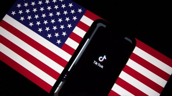 """O Governo dos Estados Unidos anunciou no sábado que ia adiar, pelo menos até 27 de setembro, a aplicação de medidas contra a TikTok, depois de Donald Trump ter dado """"luz verde"""" a um acordo envolvendo as multinacionais norte-americanas Oracle e Walmart para poder continuar a operar nos Estados Unidos"""
