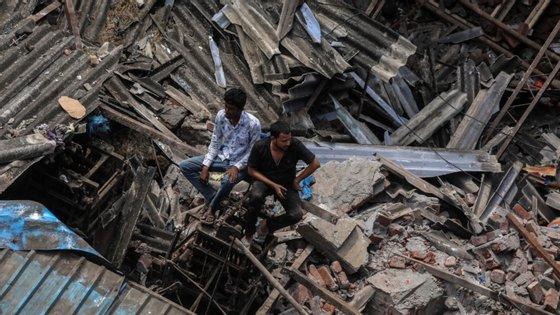Os esforços de resgate continuaram quase ininterruptos, apesar das fortes chuvas que forçaram a suspensão dos serviços públicos em várias áreas da região