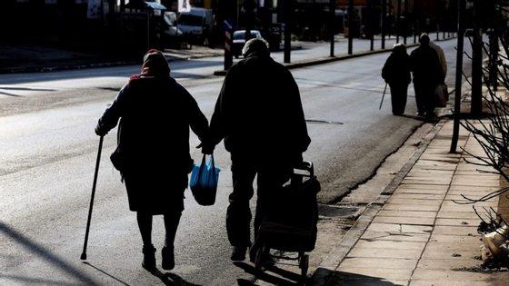 A esperança de vida à nascença continua a ser superior para as mulheres, mas a diferença para os homens tem vindo a diminuir, sendo agora de 5,56 anos (tinha sido 6,02 em 2008-2010)