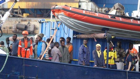 Mais de 50 menores estão a bordo do barco, muitos dos quais são jovens desacompanhados