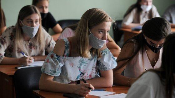 Os estudantes que foram testados foram os que estiveram com o infetado sem usar máscara