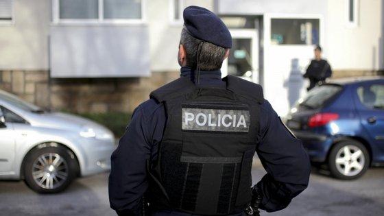 O agente da PSP foi constituído arguido e sujeito a termo de identidade e residência