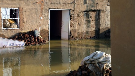 Segundo a proteção civil do país, 124 pessoas morreram e 54 ficaram feridas devido à subida do rio