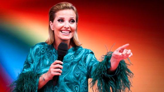 """no período matinal o programa """"Dia de Cristina"""" """"atingiu 652 mil telespectadores e um share de 32,4%, batendo a sua principal concorrente """"Casa Feliz"""", da SIC"""