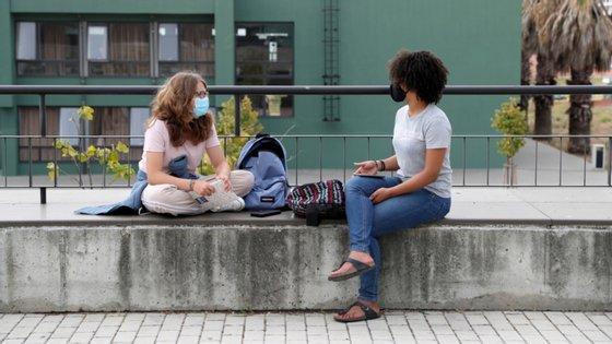 A escola accionou o plano de contingência para garantir que os estudantes que ficam em casa têm acesso ao ensino à distância