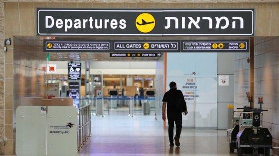 """""""À chegada ao aeroporto, deve ser apresentada uma referência que comprove a data de compra do bilhete (...) e um controlo de coronavírus negativo de acordo com as exigências do país de destino"""""""