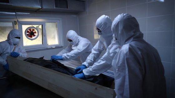 Trabalhadores da morgue de Cekmekoy, na cidade turca Instambul, preparam-se para autopsiar uma pessoa cuja morte se suspeita de ter sido causada pela Covid-19