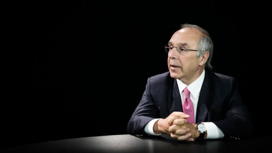 O antigo líder do PSD diz que ainda não há contactos entre os bancos para fusão de BCP e Montepio