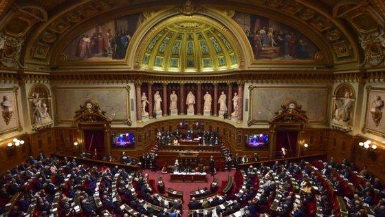 Os mandatos dos senadores têm uma duração de seis e anos e, este domingo, 172 dos 348 mandatos daquela câmara foram a votos