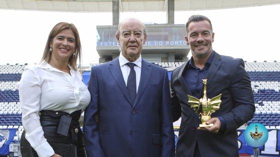 Fernando Madureira, líder dos Super Dragões, recebeu de Pinto da Costa o Dragão de Ouro para o Parceiro do Ano
