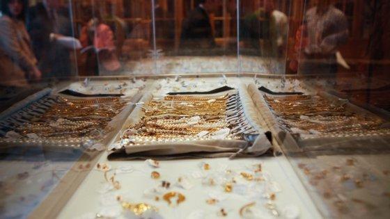Foram furtados essencialmente artigos de ouro, alta relojoaria e dinheiro