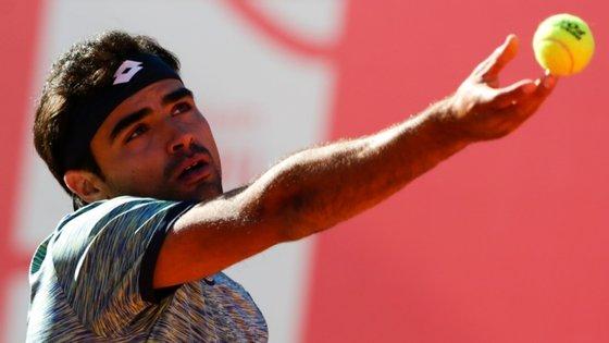 Nos oitavos de final da competição está também Pedro Sousa (113.º da classificação mundial), primeiro cabeça de série no torneio, que na segunda-feira venceu o francês Hugo Grenier (249.º), com um duplo 6-4