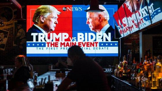 No Walters Sports Bar, em Washington D. C., as atenções estiveram concentradas nos ecrãs, com a transmissão do debate entre Biden e Trump
