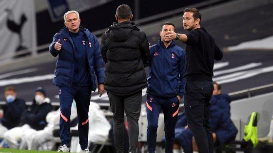 José Mourinho começou por discutir com um membro do staff do Chelsea e teve depois um momento mais tenso com Frank Lampard