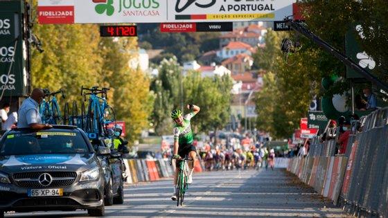 Oier Lazkano, basco de 20 anos nascido em Vitória, percorreu os últimos 40 quilómetros isolado para ganhar em Viseu a terceira etapa da Volta a Portugal