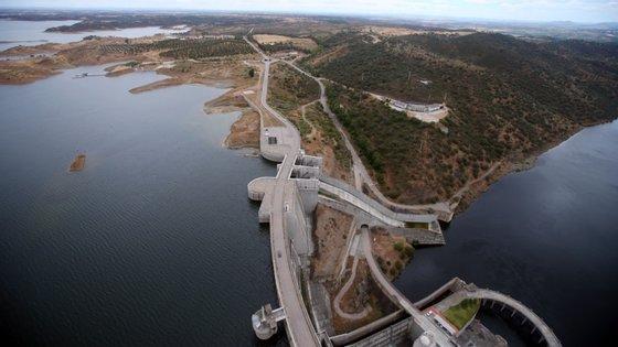 """Segundo a ZERO, """"não é aceitável"""" que """"a política de fornecimento de água pela Empresa de Desenvolvimento e Infraestruturas de Alqueva (EDIA) em regime precário""""."""
