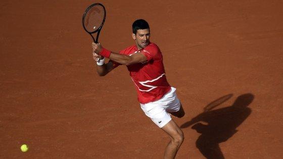 """Perante o 66.º do """"ranking""""mundial, Djokovic venceu em apenas três """"sets"""", por 6-1, 6-2 e 6-2, em uma hora e 23 minutos"""
