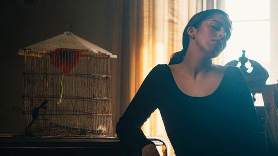 """""""Há uma espécie de reviravolta, e quero desafiar-me, quero fazer coisas novas, nunca fugindo à minha condição"""", diz-nos Sara Correia"""