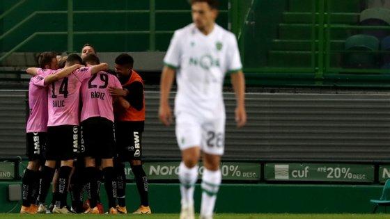 LASK Linz aproveitou as autoestradas que se foram abrindo na defesa do Sporting para chegarem a uma pesada goleada em Alvalade