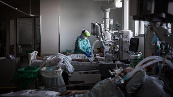 Os hospitais têm agora disponíveis 1855 ventiladores, face aos 1142 que tinham no início da pandemia