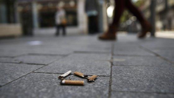 A lei que proíbe atirar pontas de cigarros ao chão entrou em vigor a 3 de setembro