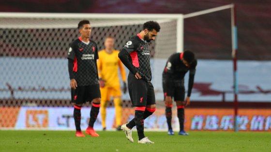 Salah ainda marcou dois golos mas defesa do Liverpool viveu uma noite de caos e sofreu sete golos 57 anos depois no Campeonato