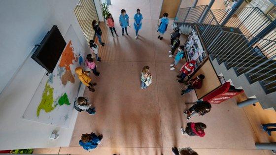 O município de Albufeira refere ainda ter procedido à reorganização das salas de aula, espaços comuns e de circulação